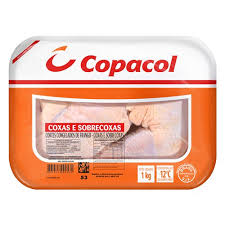 Coxa e sobrecoxa de frango desossado congelado Copacol bandeja 1kg.